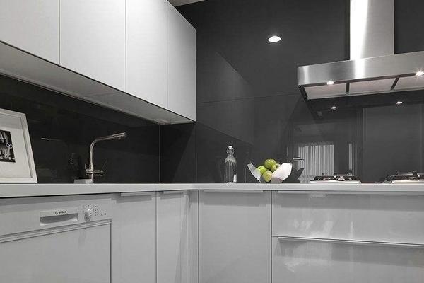 90平的房子白色玻璃橱柜装修效果图