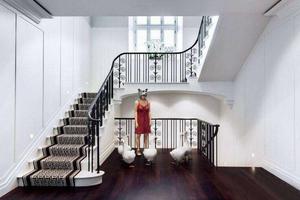 别墅楼梯的窗户要不要装窗帘?来看装不装怎么选择吧!